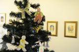 手製のオーナメントを飾ったクリスマスツリー